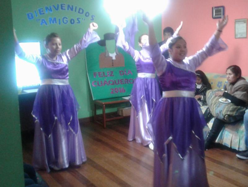 mujeres jovenes cantando