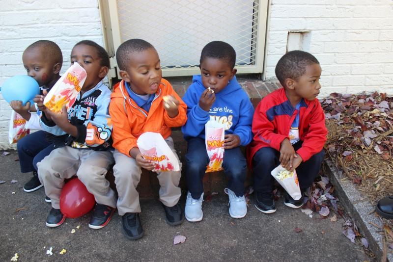 preschoolers eat popcorn