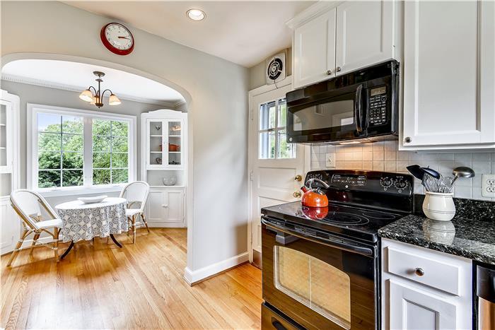 Updated kitchen & breakfast nook
